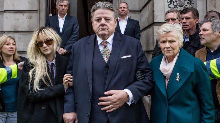 Opfer oder Täter? Paul Finchley (Robbie Coltrane) mit Familie (Andrea Riseborough, l., und Julie Walters); Foto: Channel 4